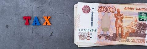Du?a sterta Rosyjscy pieni?dzy banknoty pi?? tysi?cy rubli k?ama na popielatym cementowym tle obraz royalty free