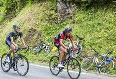 彻尔du Tourmalet -环法自行车赛的两个骑自行车者2014年 库存图片