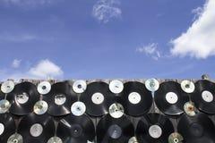 Du vinyle et des disques cd fendus sont vissés à la barrière Photos libres de droits