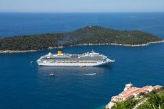 Duża wyspa w morzu i statek wycieczkowy Obrazy Royalty Free