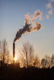 Duży fabryczny komin dymi podczas zmierzchu zdjęcia royalty free