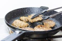 Duży i soczysty cutlet na metalu stojaku Domowa kuchnia fotografia stock