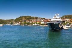 Duży jacht w miasteczku Zdjęcie Royalty Free