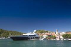 Duży jacht w miasteczku Obrazy Royalty Free