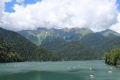 Duży jezioro w górach Zdjęcia Royalty Free