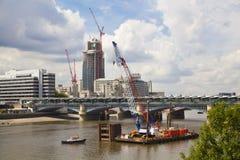 Duży plac budowy na rzecznym Thames Zdjęcia Royalty Free