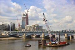 Duży plac budowy na rzecznym Thames Obrazy Stock