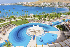 Duży Plenerowy basen z palmami i morze w tle Zmierzchu niebo Zdjęcie Stock