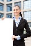 duży pusty bizneswomanu mienia papier Zdjęcie Royalty Free