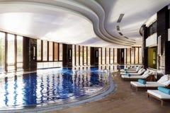 Duży salowy luksusowy basen z sunbeds Obraz Stock
