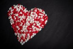 Duży serce od wiele sercowatych cukierków na czarnym tle zdjęcie stock