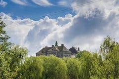Duży stary antyczny kasztel na wzgórzu w wiosce nie daleko od Lviv miasta Fotografia Royalty Free