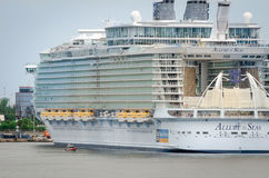 Duży statek wycieczkowy, urok morza Obrazy Royalty Free