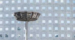 Duży streetlight w dzielnicie biznesu przed drapaczem chmur Zdjęcie Royalty Free