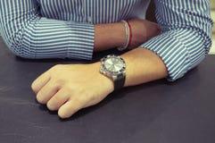 Duży zegarek na man& x27; s nadgarstek fotografia royalty free