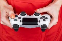 Dualshock Sony PlayStations 4 Gamecontroller in der Gamershand Schönes Tanzen der jungen Frau der Paare Spielkonsole mit einem St Stockfotografie