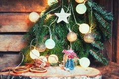 Duas árvores de Natal pequenas da arte em uma parte dianteira de vidro do frasco n de Cristo Fotografia de Stock Royalty Free