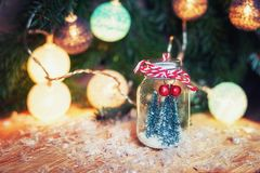 Duas árvores de Natal pequenas da arte em uma parte dianteira de vidro do frasco n de Cristo Fotografia de Stock