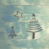 Duas árvores e estrelas de Natal feitas das varas secas em de madeira, azul Imagem de Stock