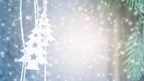 Duas árvores pequenas do White Christmas que penduram no fundo de uma parede cinzenta video estoque