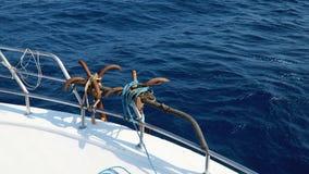 Duas âncoras no barco video estoque