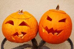 Duas abóboras de Halloween encontram-se na tabela Fotografia de Stock
