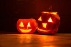 Duas abóboras de sorriso do Dia das Bruxas na noite Imagem de Stock Royalty Free