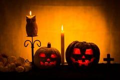 Duas abóboras do Dia das Bruxas com velas Fotos de Stock Royalty Free