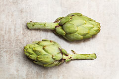 Duas alcachofras verdes Imagens de Stock Royalty Free