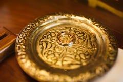 Duas alianças de casamento bonitas minimalistic prata e ouro em anti Fotografia de Stock Royalty Free