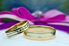 Duas alianças de casamento do ouro do ouro branco e amarelo Imagem de Stock