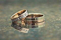 Duas alianças de casamento do ouro do ouro branco e amarelo Fotografia de Stock