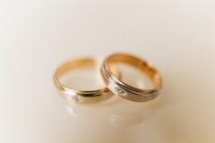 Duas alianças de casamento do ouro com pedras Imagens de Stock Royalty Free
