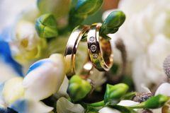 Duas alianças de casamento douradas Imagem de Stock