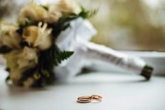 Duas alianças de casamento douradas lisas Fotos de Stock