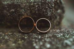 Duas alianças de casamento em uma pedra Fotos de Stock