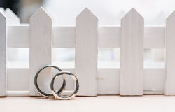Duas alianças de casamento feitas do close up do ouro branco Fotografia de Stock Royalty Free