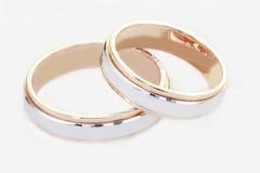 Duas alianças de casamento isoladas no branco Fotografia de Stock