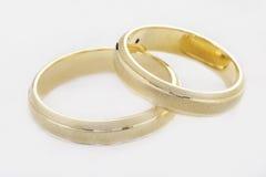 Duas alianças de casamento isoladas no branco Imagens de Stock Royalty Free