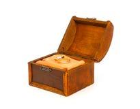 Duas alianças de casamento na caixa aberta do tesouro Fotografia de Stock