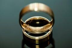 Duas alianças de casamento na superfície brilhante Fotos de Stock Royalty Free