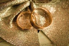 Duas alianças de casamento na superfície glittery Foto de Stock Royalty Free