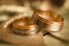 Duas alianças de casamento na superfície glittery Foto de Stock