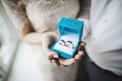 Duas alianças de casamento no sinal da infinidade em uma madeira Conceito do amor imagens de stock royalty free