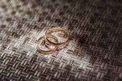 Duas alianças de casamento no tapete Imagens de Stock Royalty Free