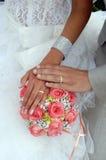 Duas alianças de casamento do ouro no ramalhete das rosas Imagens de Stock Royalty Free