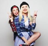 Duas amigas consideravelmente adolescentes Fotos de Stock Royalty Free