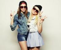 Duas amigas consideravelmente adolescentes Imagens de Stock