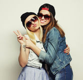 Duas amigas consideravelmente adolescentes Fotografia de Stock Royalty Free