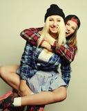 Duas amigas consideravelmente adolescentes Fotos de Stock